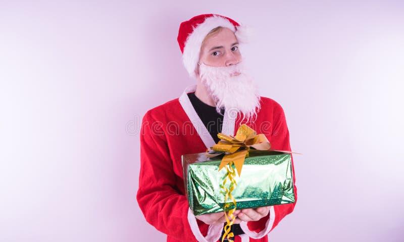 Stående av tunna Santa Claus med julgåvor Lyckliga Santa Claus är hållande gåvaaskar som isoleras på vit bakgrund Santa Cla arkivfoton