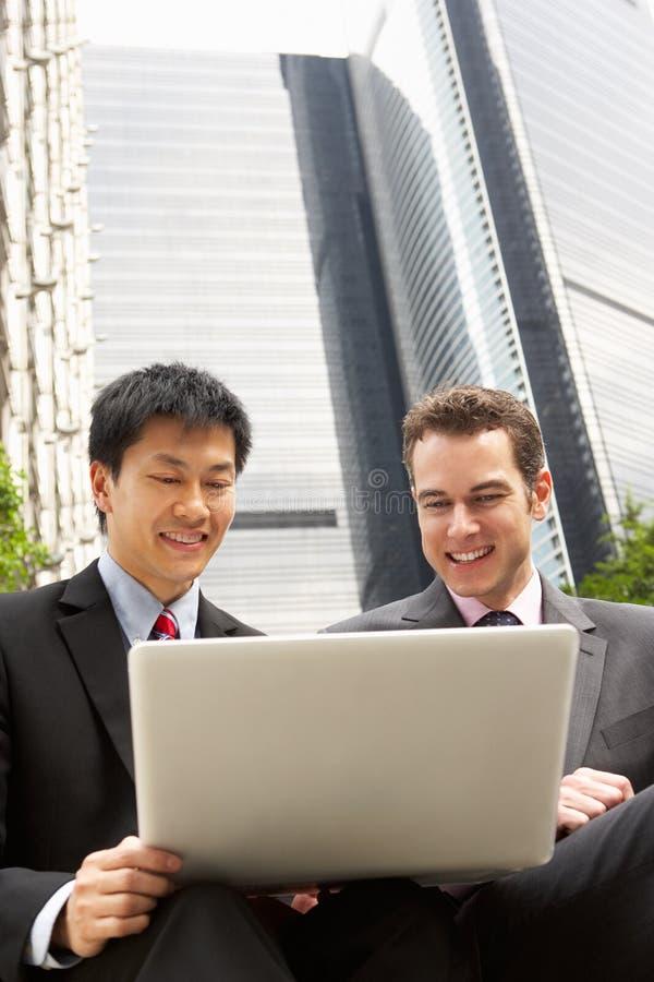 Stående av två affärsmän som fungerar på bärbar dator royaltyfri fotografi