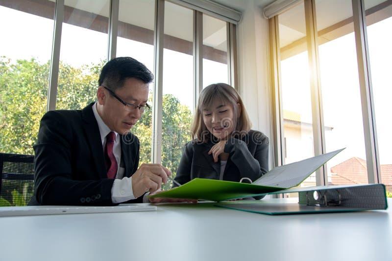 Stående av två affärspersoner som granskar något kritiskt ämne och talar om affärsförslag royaltyfri foto