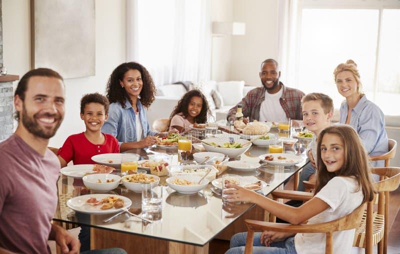 Stående av två familjer, som de tycker om mål hemma tillsammans arkivbild