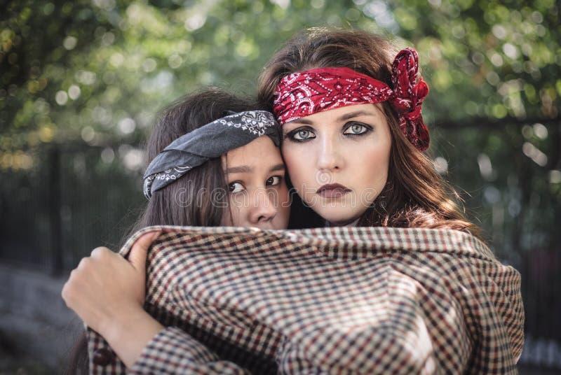 Stående av två flickor utomhus Begreppet av svåra tonåringar, dåliga studenter royaltyfri foto