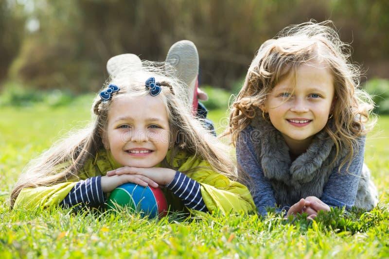 Stående av två gulliga flickor med bollen royaltyfri bild
