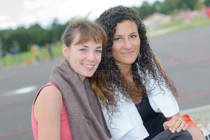 Stående av två idrottskvinnor fotografering för bildbyråer