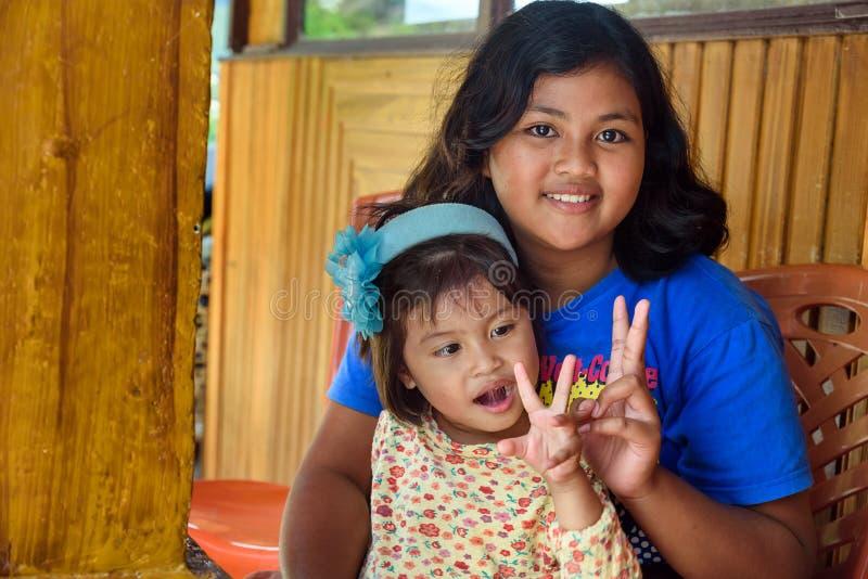 Stående av två indonesiska barn i Tana Toraja arkivfoton