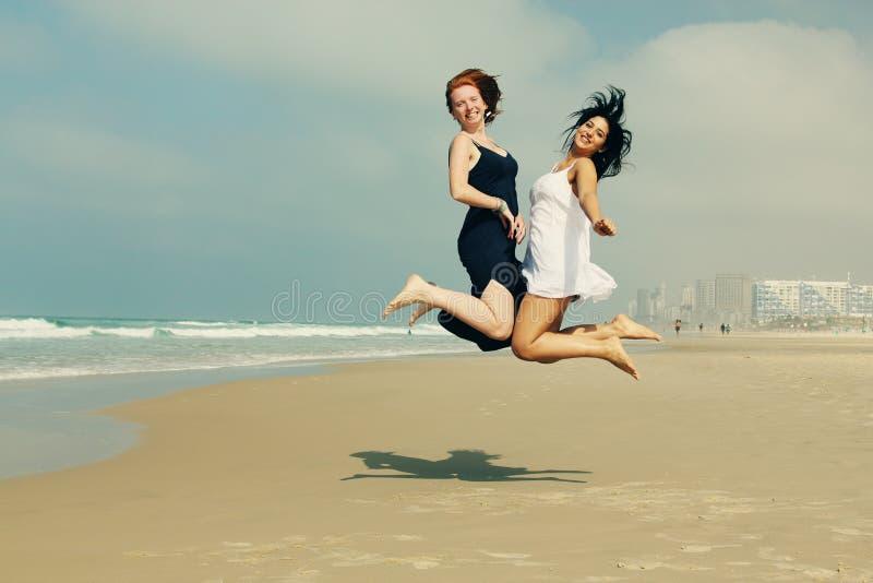 Stående av två le flickvänner arkivfoto