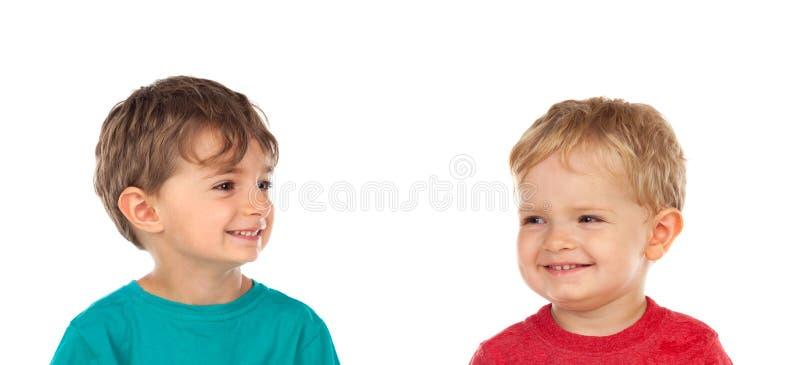 Stående av två lyckliga bröder arkivbilder
