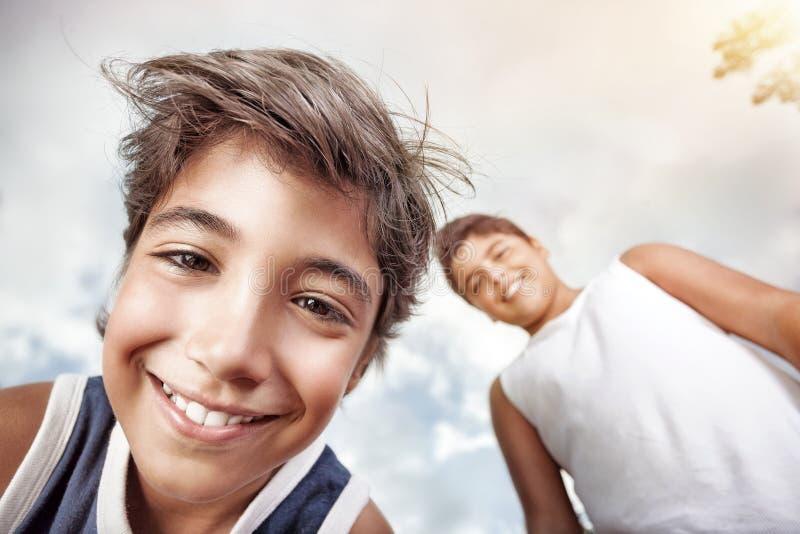 Stående av två lyckliga pojkar arkivfoton