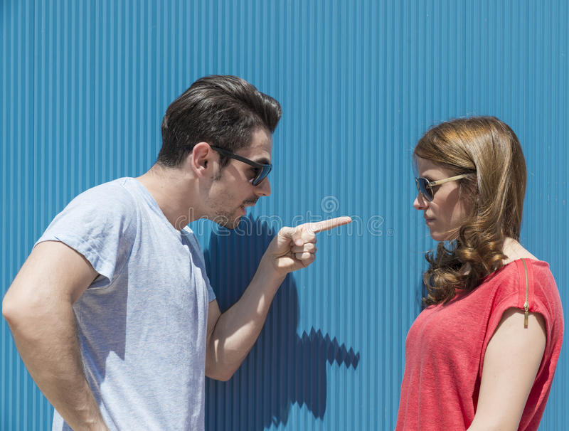 Stående av två personer, mannen och kvinnan, kvinna som man att peka fi arkivbilder