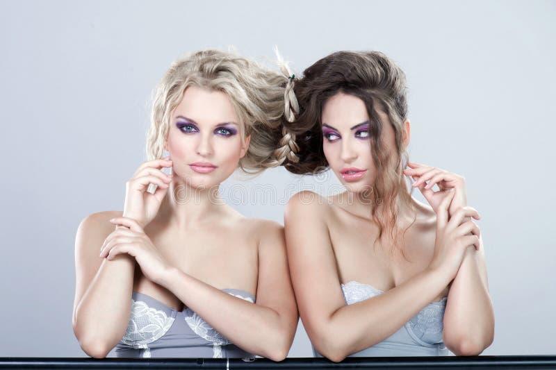 Stående av två sexiga unga kvinnor. fotografering för bildbyråer
