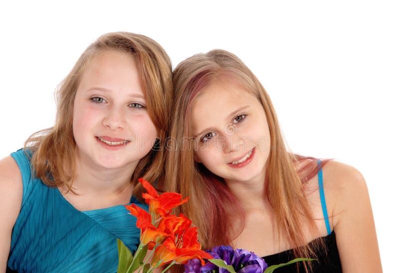 Stående av två unga systrar arkivbild