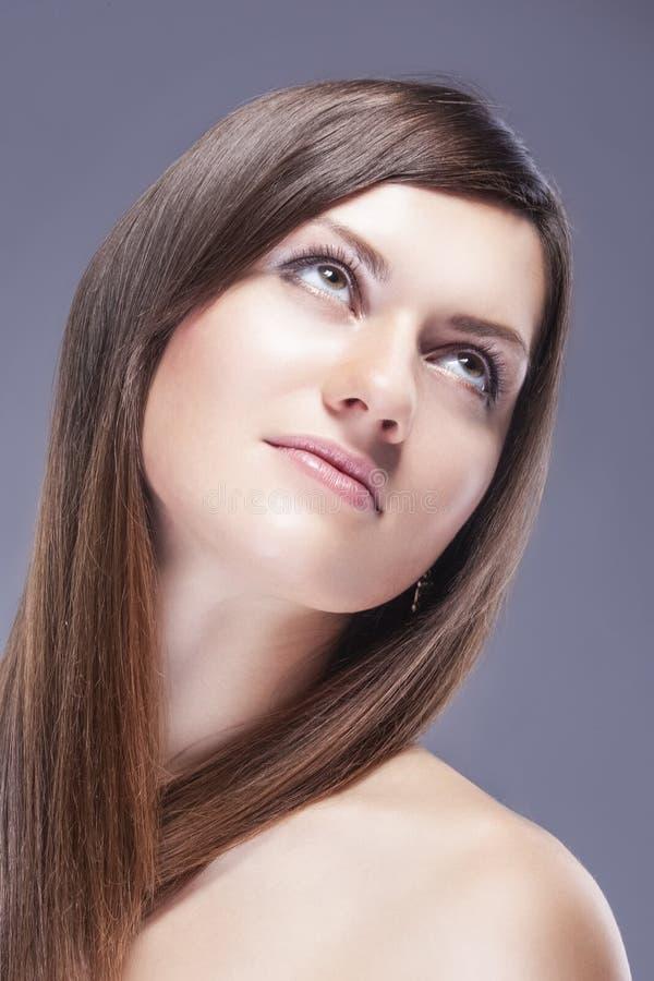 Stående av ung Caucasian kvinnlig hud med sunt hår för naturlig kosmetisk makeup arkivfoto