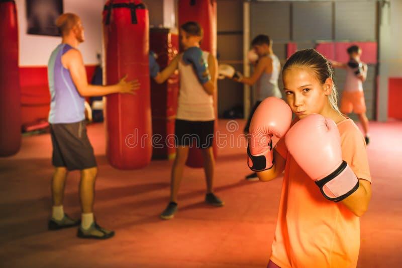 Stående av ung flickaboxaren i boxningkorridor arkivbild