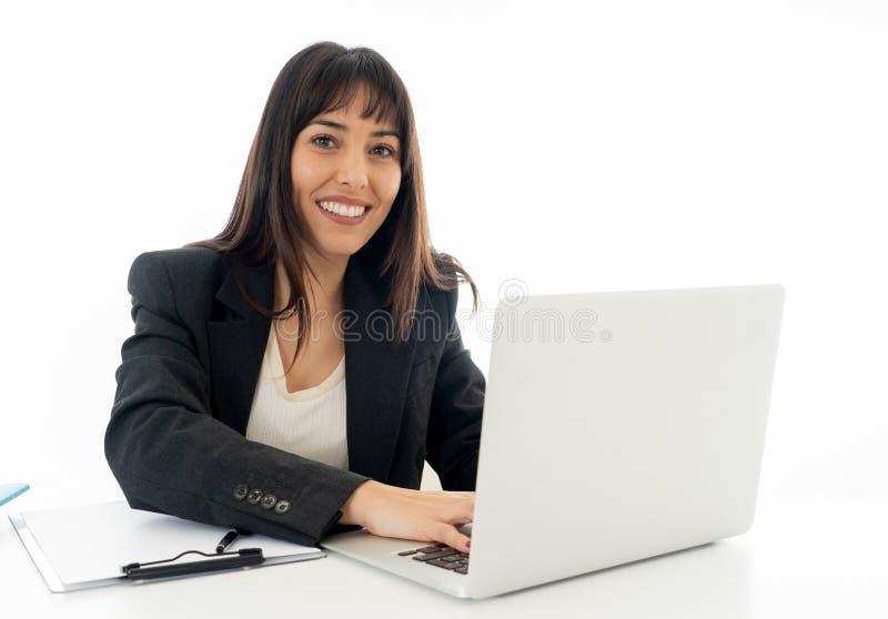 Stående av ung härlig en säker affärskvinna som är lycklig och royaltyfri foto