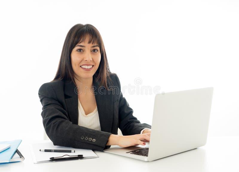 Stående av ung härlig en säker affärskvinna som är lycklig och fotografering för bildbyråer