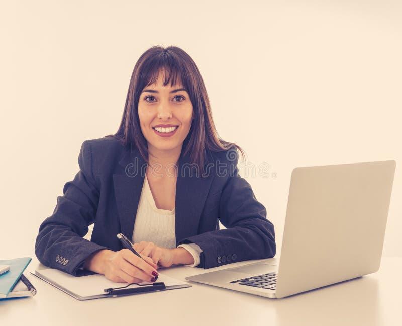 Stående av ung härlig en säker affärskvinna som är lycklig och arkivbilder