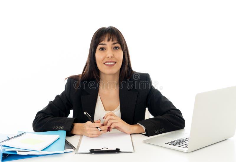 Stående av ung härlig en säker affärskvinna som är lycklig och arkivfoton