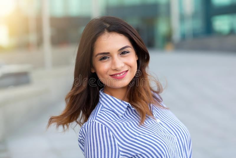 Stående av ung le kvinnadet fria med sunligthsignalljuset arkivfoto
