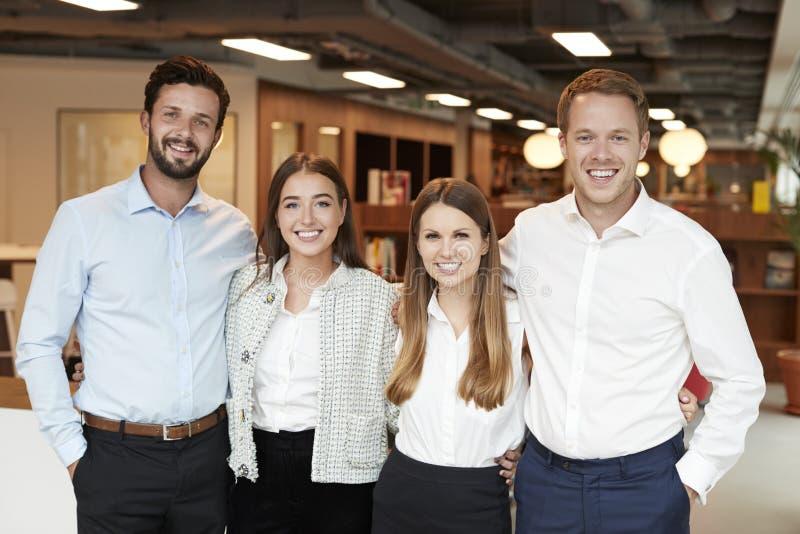 Stående av unga affärsmän och affärskvinnor som står i modernt kontor på den doktorand- rekryteringbedömningdagen fotografering för bildbyråer