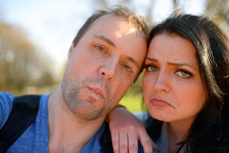 Stående av unga attraktiva par som har emotionell rolig tomfoolery tillsammans royaltyfria foton