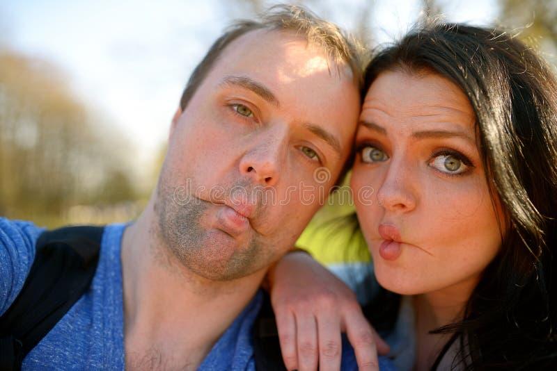Stående av unga attraktiva par som har emotionell rolig tomfoolery tillsammans royaltyfri bild