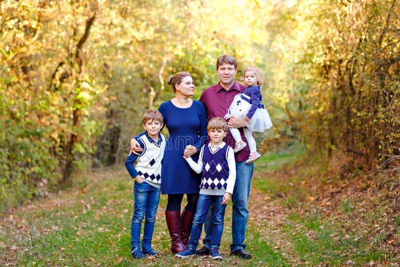 Stående av unga föräldrar med tre barn Moder, fader, två pojkar för ungebröder och liten gullig litet barnsyster fotografering för bildbyråer