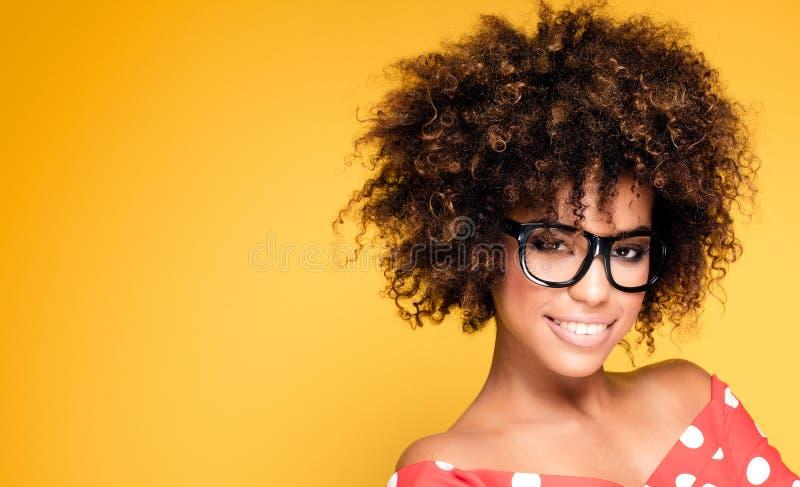 Stående av unga flickan med afro arkivfoto