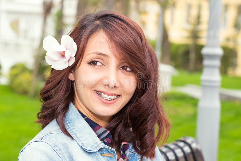 Stående av unga flickan med blomman i hår royaltyfri foto