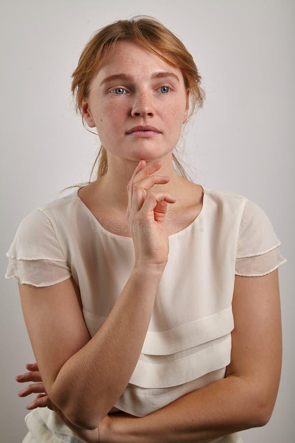 Stående av unga flickan med den iklädda tillfälliga vita blusen för ljust rödbrun hår arkivfoton