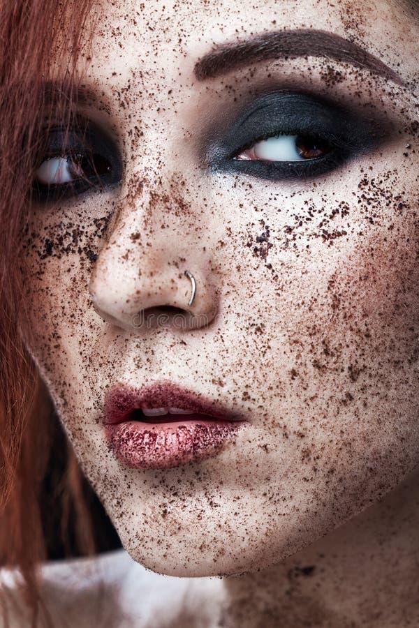Stående av unga flickan med rött hår- och jordningskaffe på framsidan Foto med konstmakeup Kosmetisk maskering för mogen kvinnada fotografering för bildbyråer