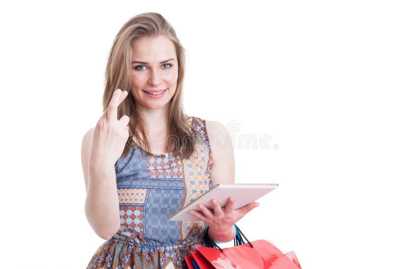 Stående av unga hoppfulla korsade shoppareinnehavfingrar royaltyfri bild