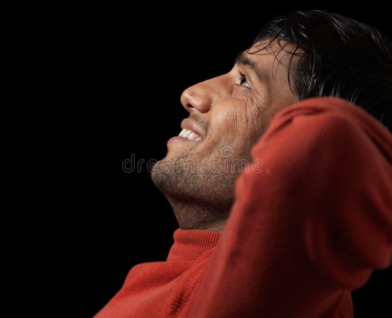 Stående av unga indiska mannen som ler och den kopplas av royaltyfri bild