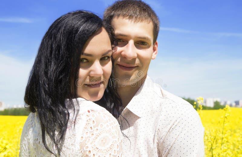 Stående av unga lyckliga härliga par på blå himmel arkivfoto