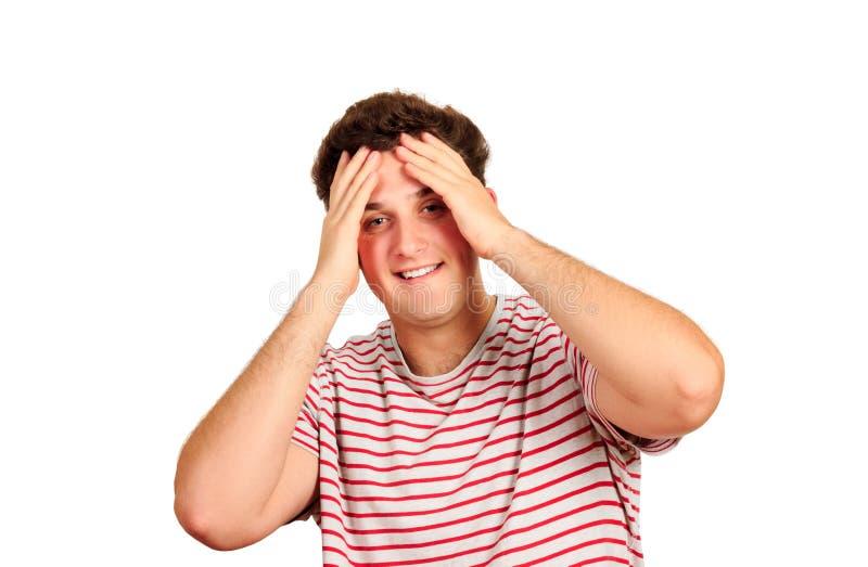 Stående av unga mörker-haired stiliga le maninnehavhänder bak hans huvud emotionell man som isoleras på vit bakgrund arkivfoton