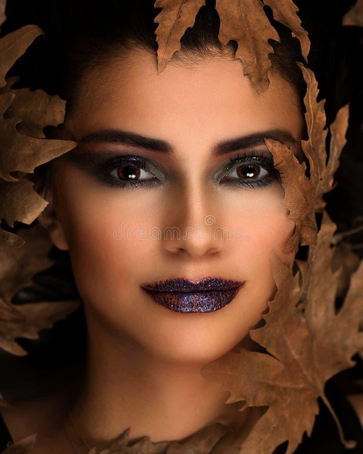 Stående av unga Oman över höstbakgrund Sjukvård-, makeup- och skönhetbegrepp royaltyfria bilder