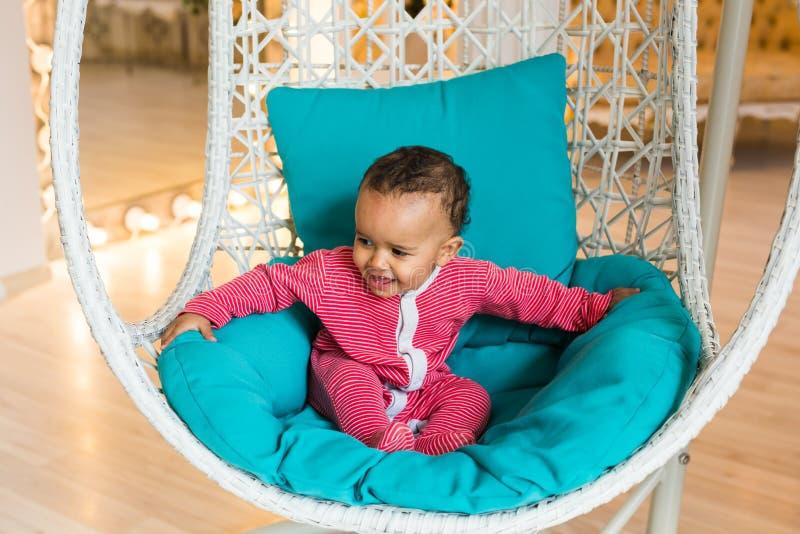 Stående av ungen för blandat lopp hemma royaltyfria bilder