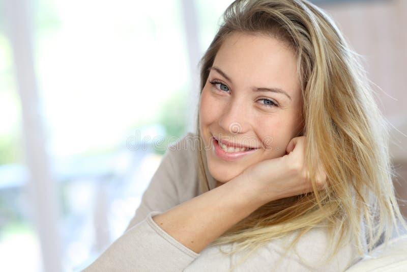 Stående av ungt blont le för kvinna royaltyfri foto