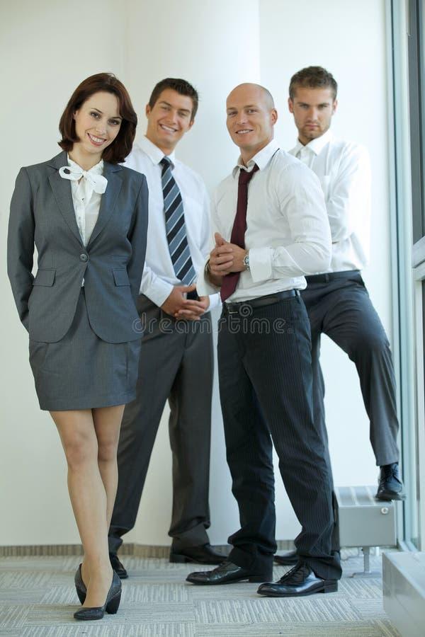 Stående av ungt caucasian affärsfolk i regeringsställning royaltyfria bilder