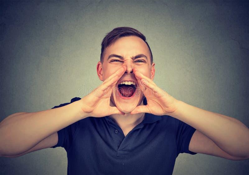 Stående av ungt ilsket skrika för man arkivbilder