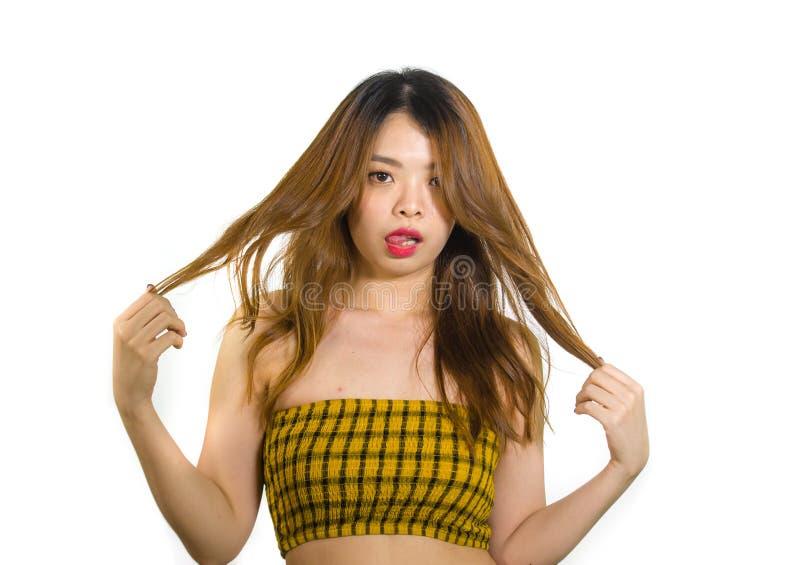 Stående av ungt och skämtsamt asiatiskt posera för kvinna som är nytt och som är styggt i det koreanska stiftet upp flickastil so royaltyfri fotografi