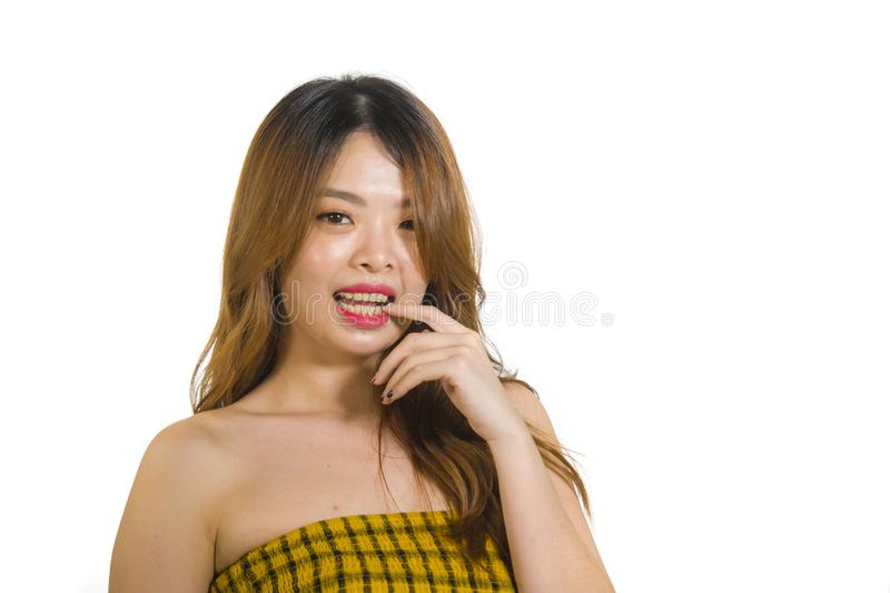 Stående av ungt och skämtsamt asiatiskt posera för kvinna som är nytt och som är styggt i det koreanska stiftet upp flickastil so royaltyfri bild