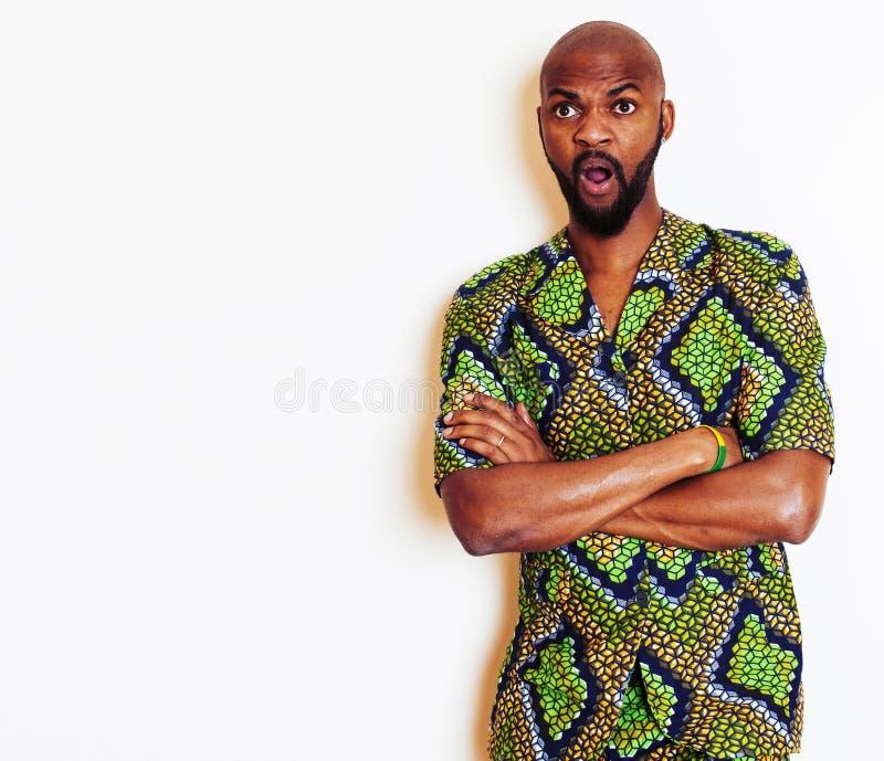 Stående av ungt stiligt afrikanskt bära för man som är ljust - grön nati arkivfoto