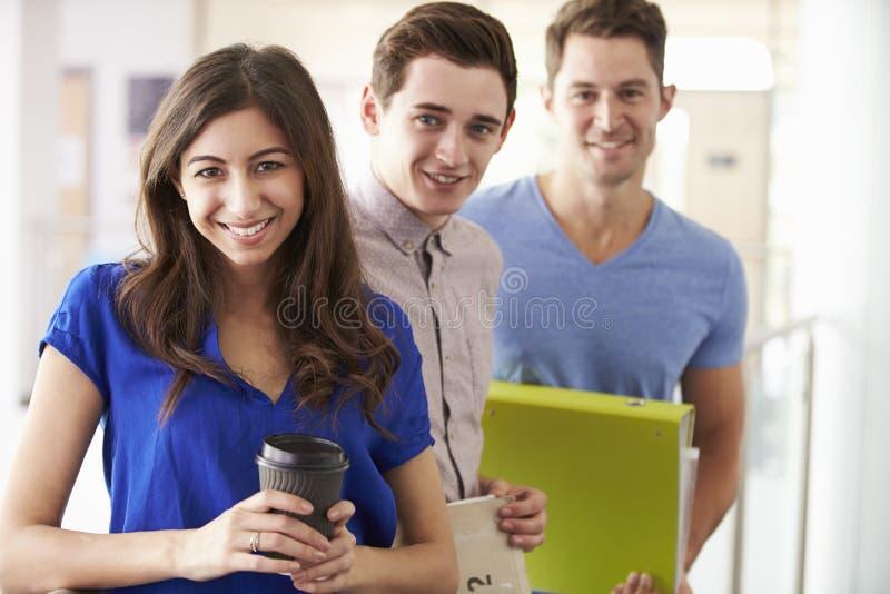 Stående av universitetsstudenter på vidareutbildningkurs royaltyfria foton