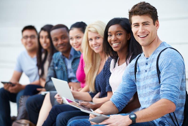 Stående av universitetsstudenter utomhus på universitetsområde royaltyfria bilder
