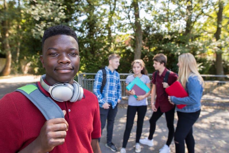Stående av utvändig skolabyggnad för tonårs- studenter royaltyfria bilder