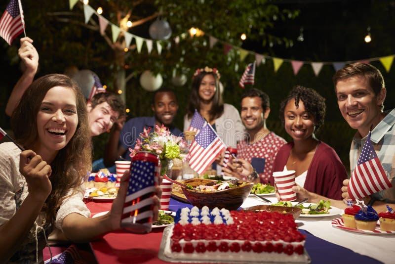 Stående av vänner på 4th av partiet för Juli ferieträdgård fotografering för bildbyråer