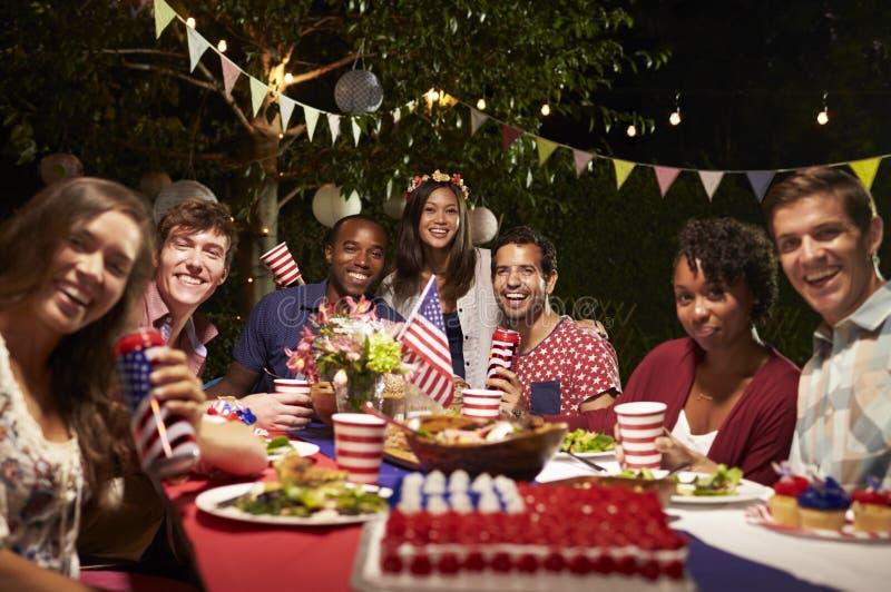 Stående av vänner på 4th av partiet för Juli ferieträdgård arkivbild