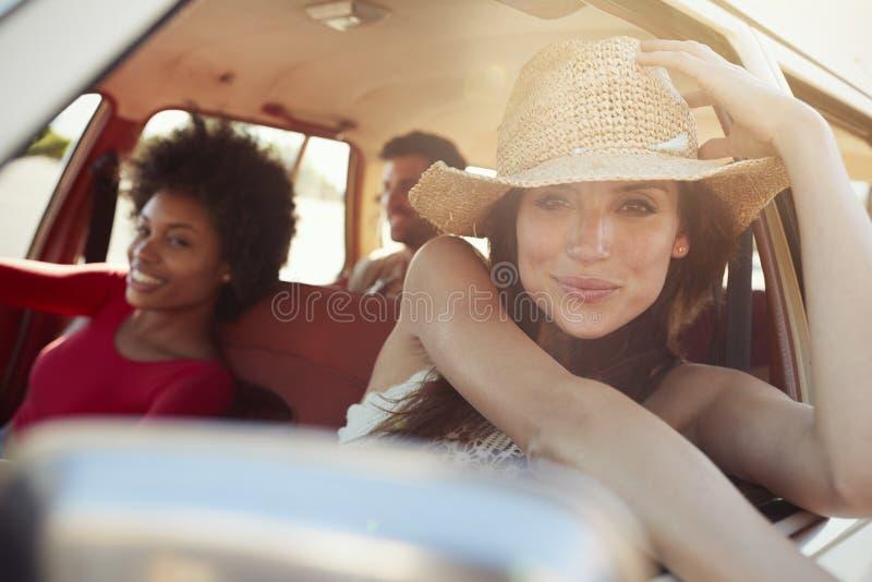Stående av vänner som kopplar av i bil under vägtur royaltyfria bilder