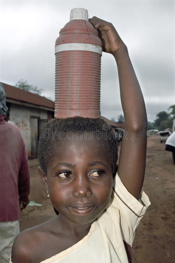 Stående av vatten som bär den ghananska unga flickan arkivbilder