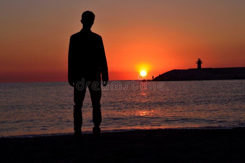 Stående bara på strandbarnet, fördjupning, ferie, royaltyfri bild