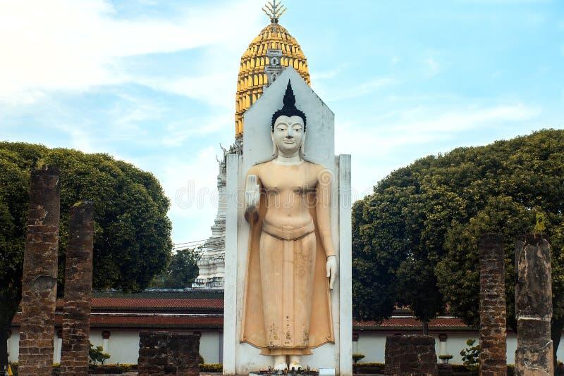 Stående buddha bild i templet arkivfoton